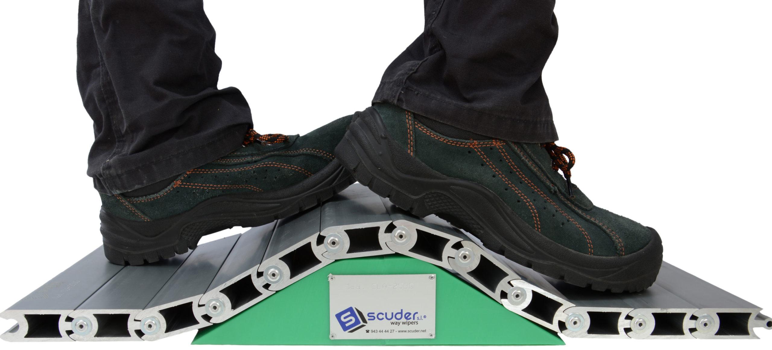 Persiana de protección para máquinas modelo CLA pisable-cubrefosos doble giro
