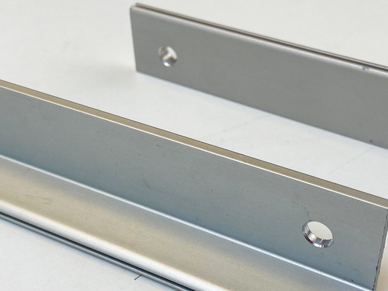 Terminales taladrados para persianas de protección para máquinas
